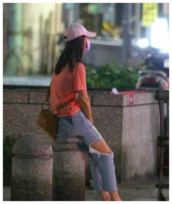 Chị em 30+ đừng diện quần rách toang như Lâm Tâm Như, chưa thấy sành điệu đâu mà chỉ thấy lôi thôi - Ảnh 4.