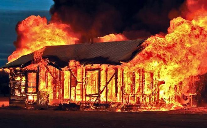 Yên Bái: Say rượu, tự đốt nhà mình khiến hàng xóm tử vong - ảnh 1