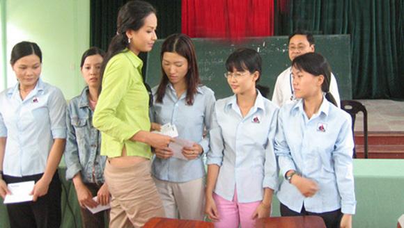 Sao Việt bị ném đá vì chuyện ăn mặc khi đi từ thiện: Người hở ngực, hở mông, người lại lên đồ như đi club - ảnh 2