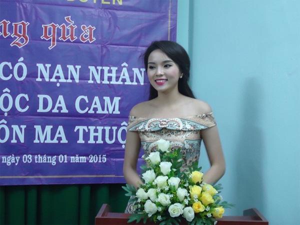 Sao Việt bị ném đá vì chuyện ăn mặc khi đi từ thiện: Người hở ngực, hở mông, người lại lên đồ như đi club - ảnh 8