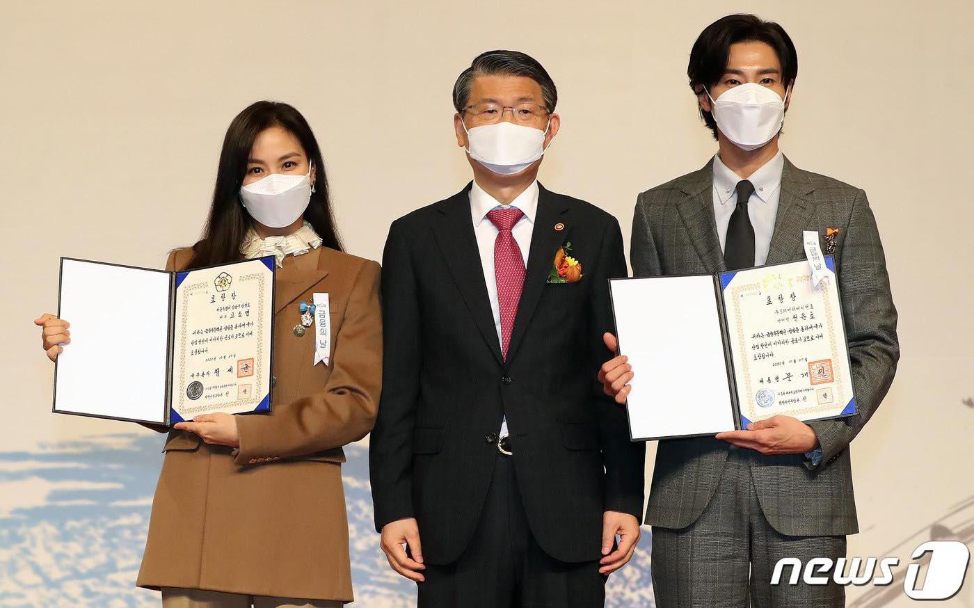 """Yunho (DBSK) nhận bằng khen từ Tổng thống, bà xã Jang Dong Gun lần đầu lộ diện sau bê bối """"săn gái"""" của chồng"""