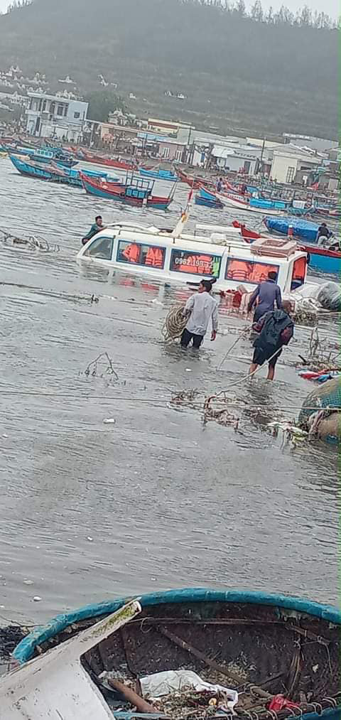 Bão số 9 sầm sập đổ bộ đất liền: Gió giật kinh hoàng làm tốc mái nhiều trường học và nhà dân, 2 người chết, nhiều người bị thương - Ảnh 2.