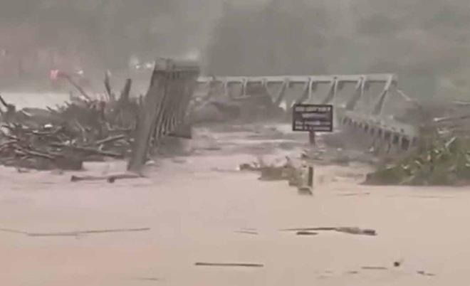 Bão số 9 quần thảo dữ dội trên đất liền: Gió giật kinh hoàng làm tốc mái hàng nghìn nhà dân, cầu cống bị cuốn trôi, đường sắt tê liệt - Ảnh 1.
