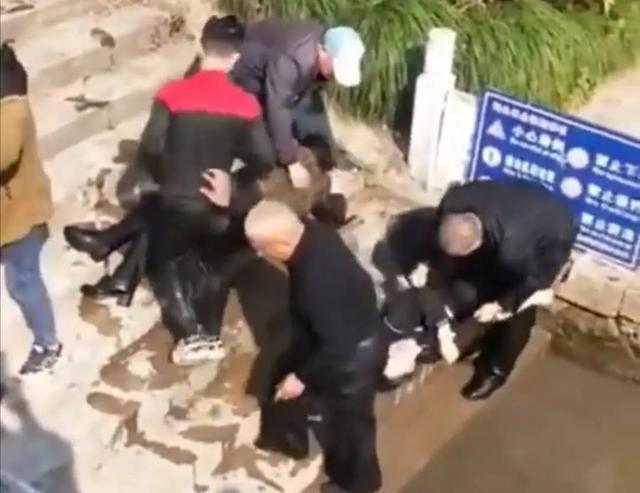 Cả nhà nhảy xuống sông để cứu con gái tự tử, nào ngờ không ai biết bơi khiến cụ ông 73 tuổi phải ra tay cứu cả 4 người - Ảnh 1.