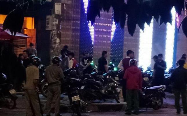 """Hai nhóm côn đồ nhìn """"đểu"""" dẫn tới hỗn chiến gây nổ ở quán karaoke vùng ven Sài Gòn"""