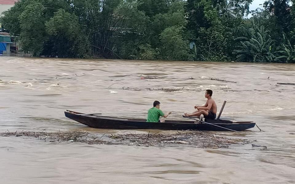 Người dân Hà Tĩnh liều mình vớt củi bất chấp nước sông dâng cao