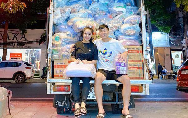 """Vừa xong nhiệm vụ tại V.League, Bùi Tiến Dũng """"bắt tay"""" cùng vợ chuẩn bị hàng trăm suất quà gửi về quê nhà cứu trợ người dân vùng lũ"""