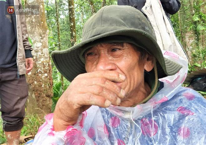 Ông lão lục tìm tấm ảnh gia đình tại hiện trường vụ lở núi ở Trà Leng: Cả nhà 8 người, con cháu của tôi chết hết rồi... - ảnh 3