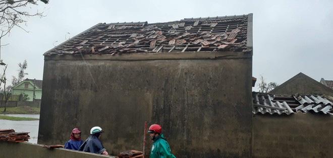 Hà Tĩnh: Lốc xoáy thổi tốc mái hàng chục nhà dân - ảnh 1