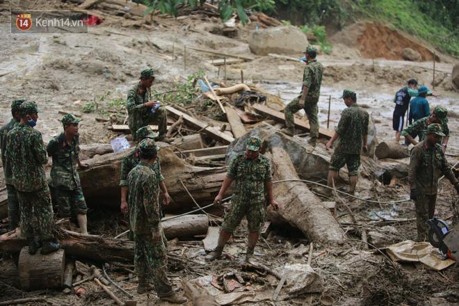 Ông lão lục tìm tấm ảnh gia đình tại hiện trường vụ lở núi ở Trà Leng: Cả nhà 8 người, con cháu của tôi chết hết rồi... - ảnh 1