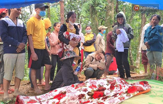 Ông lão lục tìm tấm ảnh gia đình tại hiện trường vụ lở núi ở Trà Leng: Cả nhà 8 người, con cháu của tôi chết hết rồi... - ảnh 4