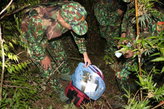 Bị công an truy bắt, các đối tượng dùng súng chống trả, vứt ba lô chứa 30 bánh heroin rồi bỏ trốn - ảnh 1