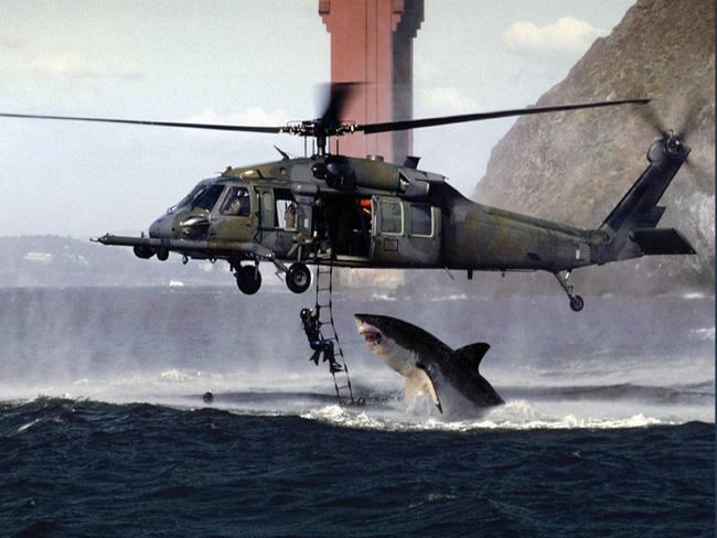 Bức ảnh cá mập nhảy lên khỏi mặt nước sắp ngoạm người đàn ông sau 19 năm vẫn khiến dân mạng thót tim và tò mò về số phận nạn nhân - ảnh 1