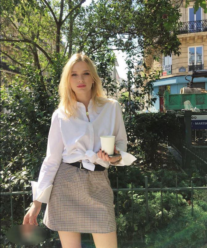 Đừng chỉ khen nữ chính, nữ phụ của Emily Ở Paris mới là quý cô chuẩn phong cách Pháp thanh lịch trong phim lẫn ngoài đời - Ảnh 15.