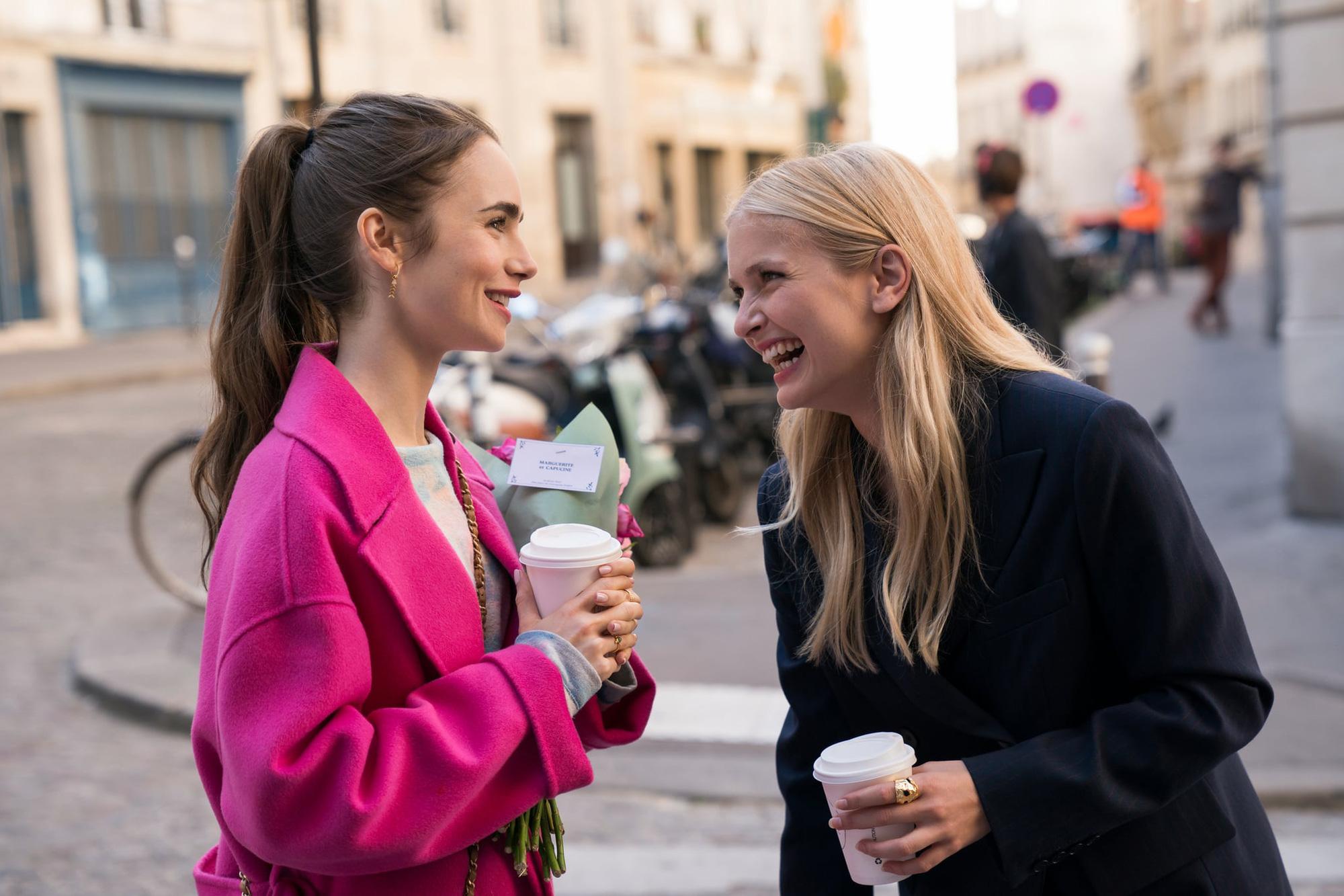 Đừng chỉ khen nữ chính, nữ phụ của Emily Ở Paris mới là quý cô chuẩn phong cách Pháp thanh lịch trong phim lẫn ngoài đời - Ảnh 4.