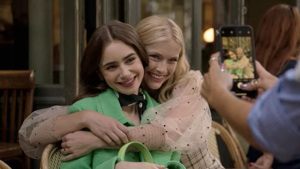 Đừng chỉ khen nữ chính, nữ phụ của Emily Ở Paris mới là quý cô chuẩn phong cách Pháp thanh lịch trong phim lẫn ngoài đời - Ảnh 5.