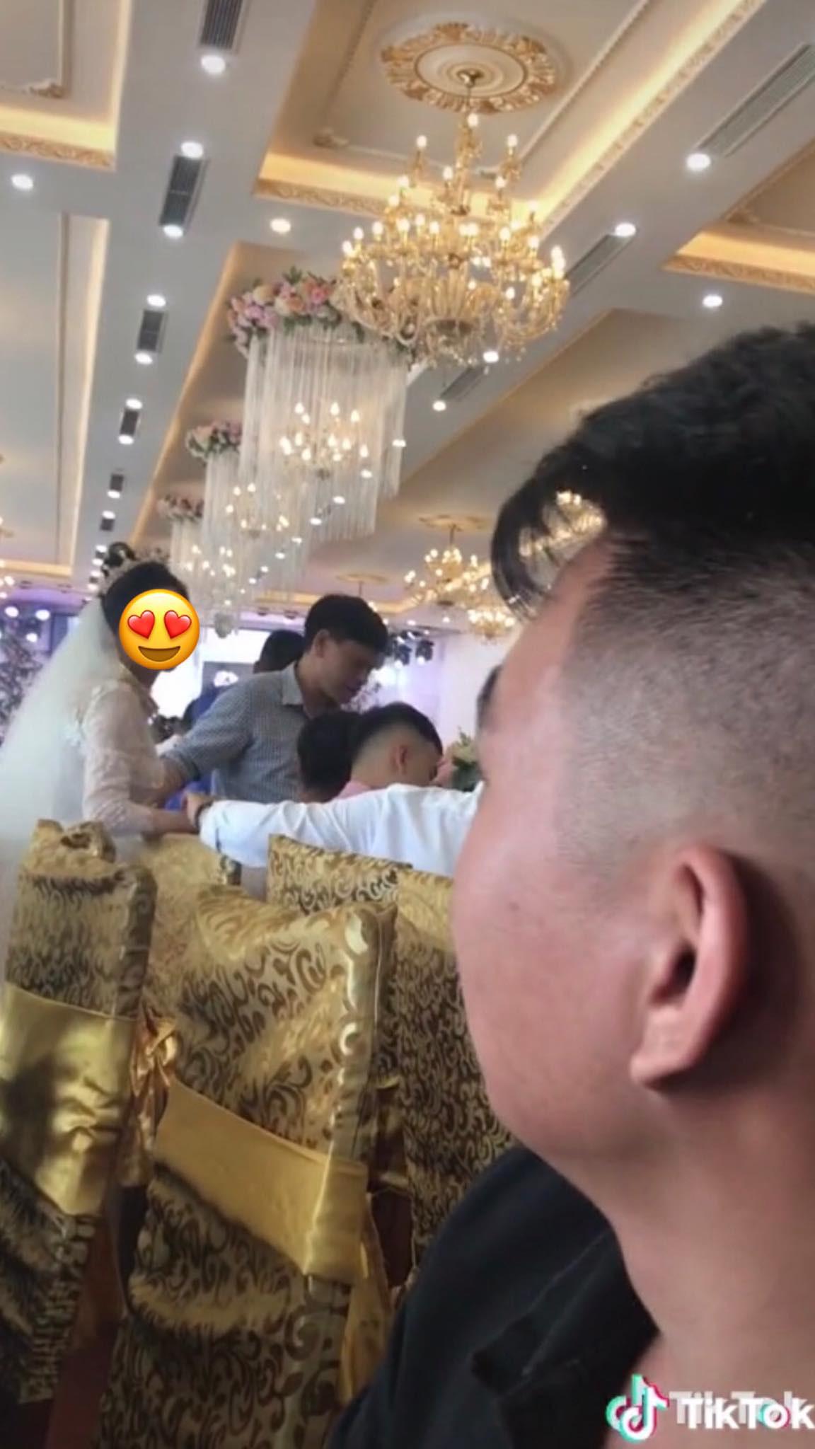 Xôn xao chàng trai đi dự đám cưới người yêu cũ, cố tình đem ảnh hôn hít năm xưa ra làm trò đùa