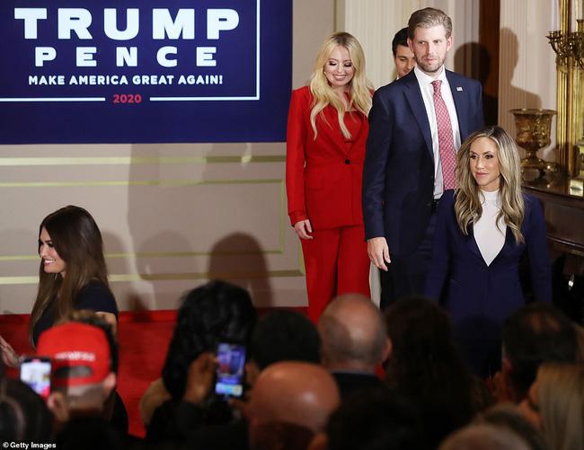 Các con ông Trump nở nụ cười rạng rỡ tham gia tiệc theo dõi kết quả bầu cử, nữ thần Nhà Trắng Ivanka nổi bật với vẻ đẹp hoàn hảo - Ảnh 2.