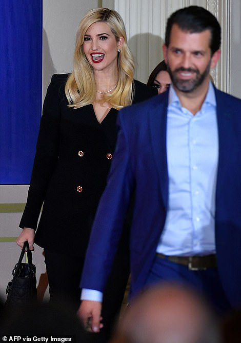 Các con ông Trump nở nụ cười rạng rỡ tham gia tiệc theo dõi kết quả bầu cử, nữ thần Nhà Trắng Ivanka nổi bật với vẻ đẹp hoàn hảo - Ảnh 4.