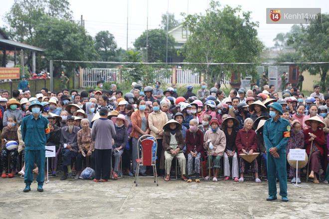 Chùm ảnh cận cảnh: Thủy Tiên quay lại Hải Lăng - Quảng Trị, người dân xếp hàng dài chờ nhận tiền cứu trợ