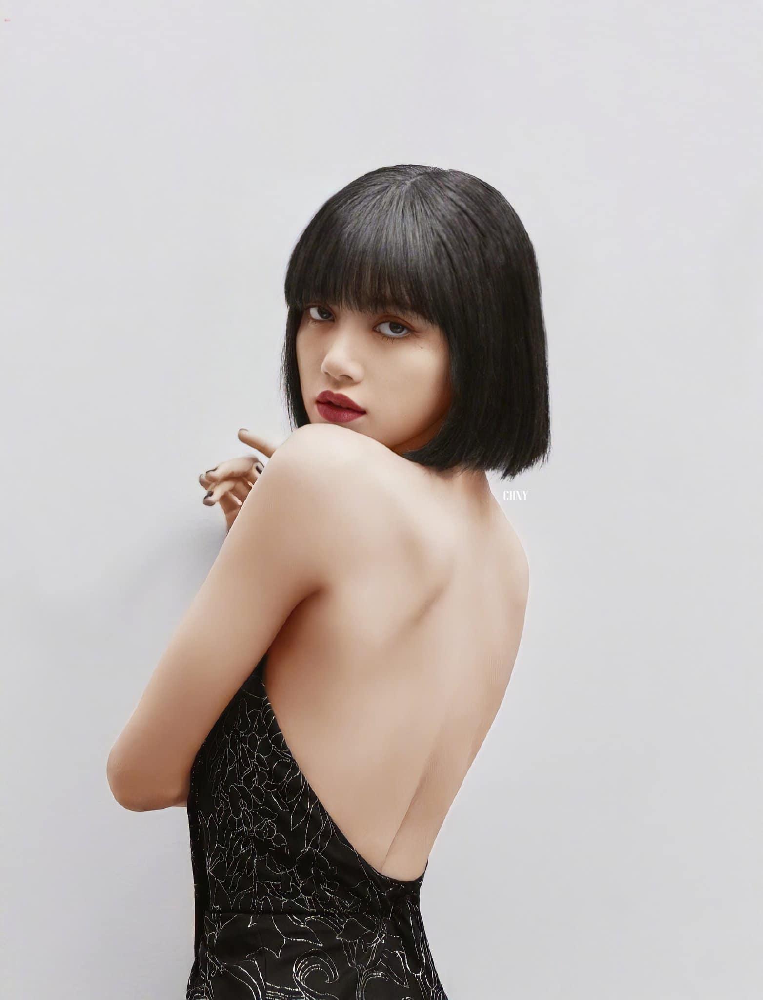 Stylist BLACKPINK hết sửa váy áo kín đáo, Lisa liền khoe lưng trần quá đỉnh - Ảnh 2.