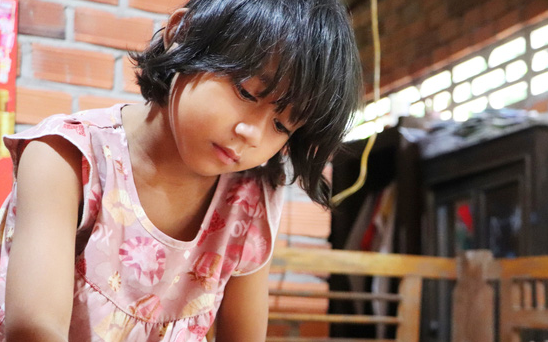 """Bé gái 6 tuổi bỗng dậy thì sớm, người mẹ tuyệt vọng khi biết con bị khối u buồng trứng: """"Xin mọi người hãy cứu lấy con em"""""""