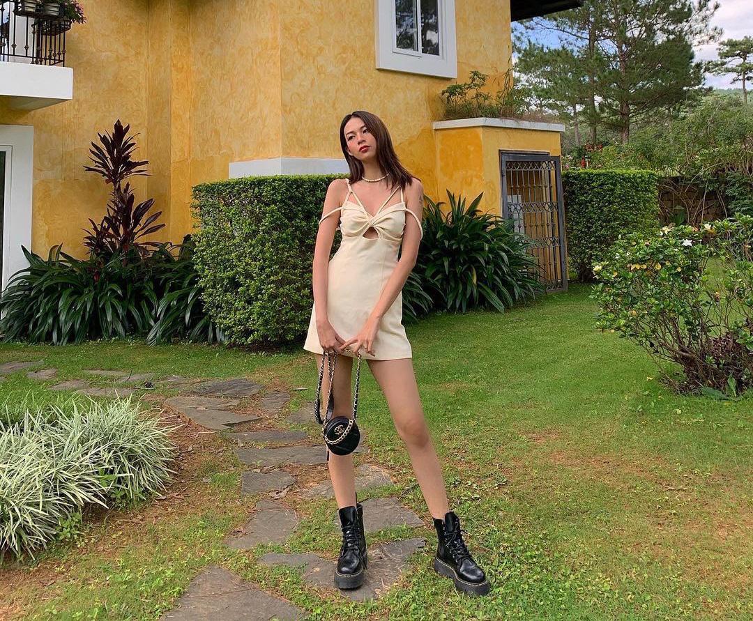 Instagram look của sao Việt tuần qua: Ngọc Trinh diện crop top cài đúng 1 chiếc khuy, 3 mỹ nhân khoe dáng với bikini cực gắt - Ảnh 3.