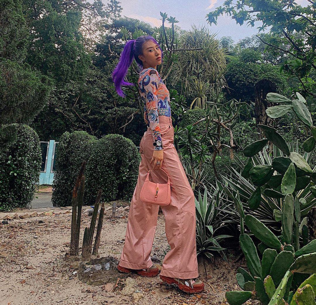 Instagram look của sao Việt tuần qua: Ngọc Trinh diện crop top cài đúng 1 chiếc khuy, 3 mỹ nhân khoe dáng với bikini cực gắt - Ảnh 2.