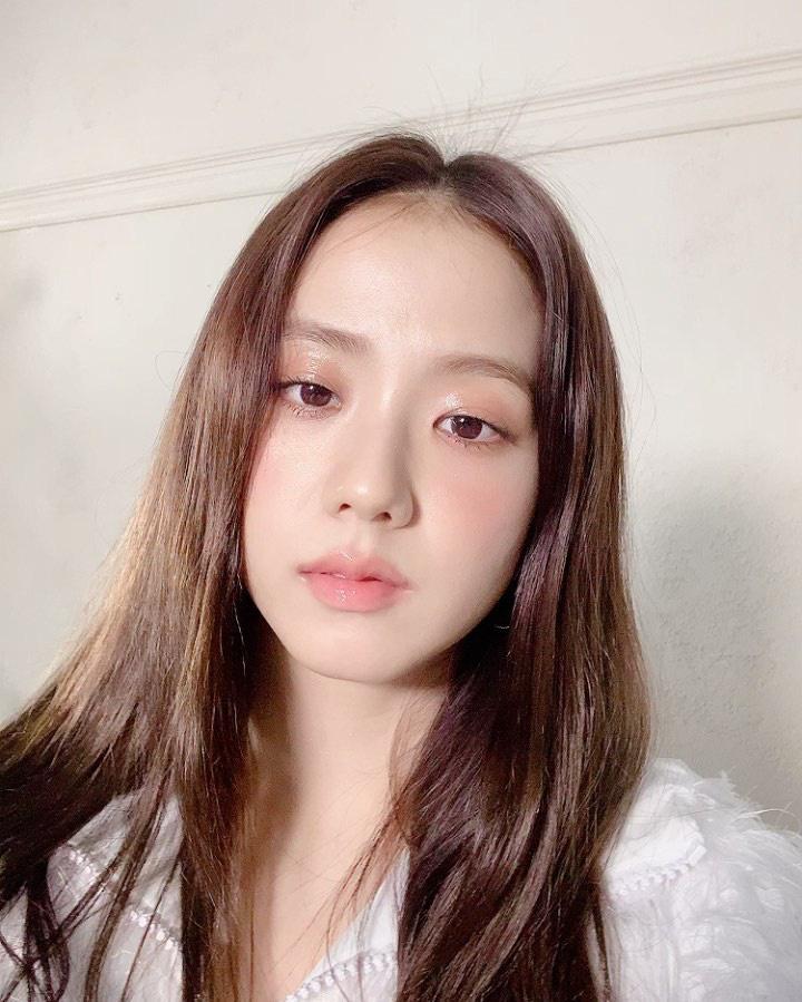 """Jisoo khoe makeup """"quả đào"""", môi căng bóng khiến các nàng chỉ muốn muốn """"bái bai"""" son lì và kiểu hoạ mặt đậm - Ảnh 2."""