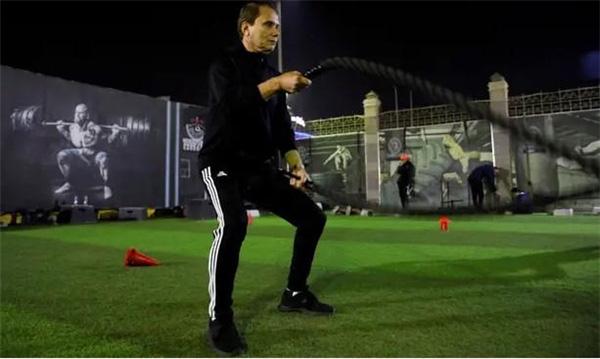 Cụ ông 75 tuổi người Ai Cập luyện tập cùng đồng đội chỉ bằng tuổi cháu, chuẩn bị phá vỡ kỷ lục bóng đá thế giới - Ảnh 2.