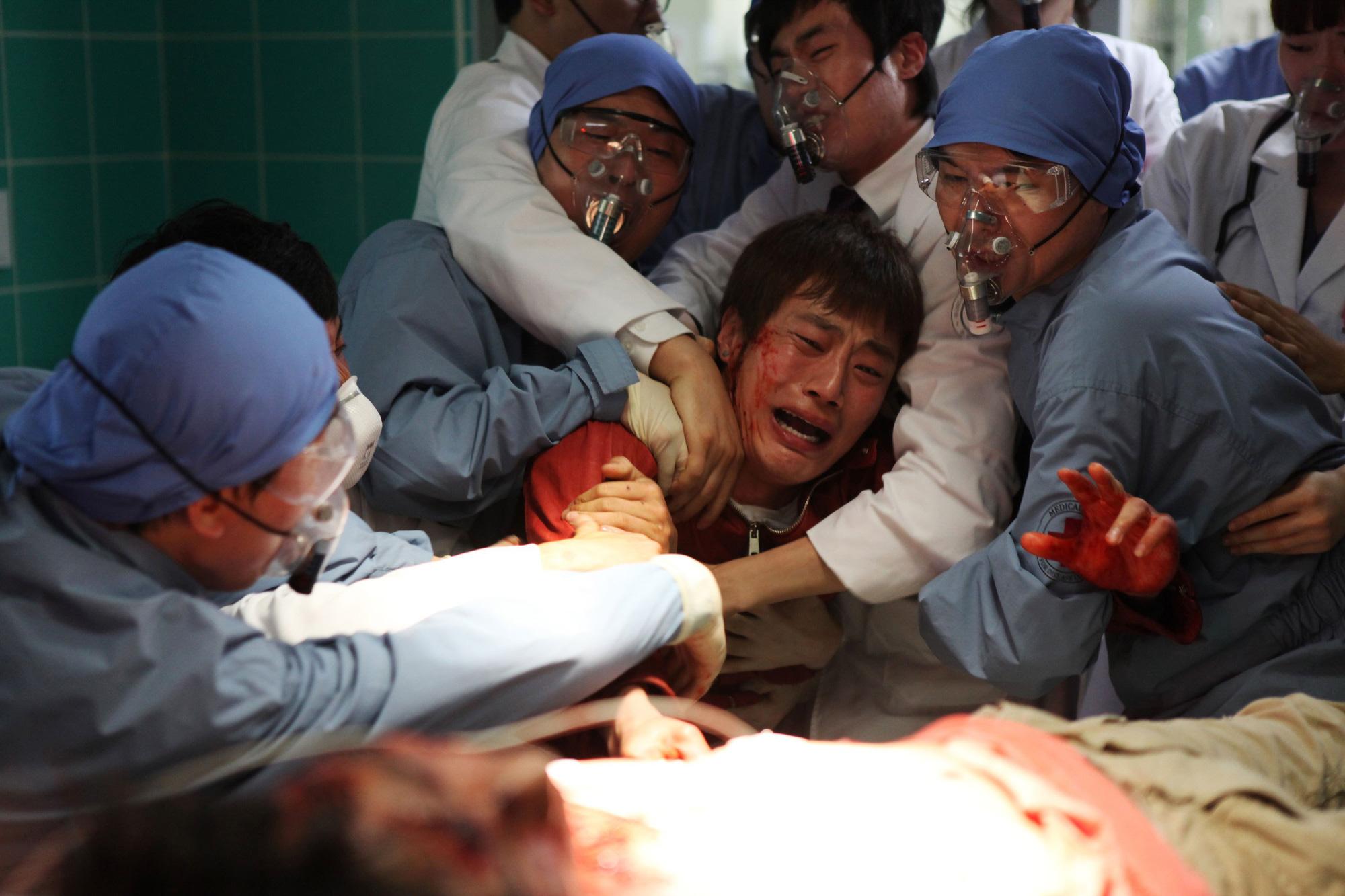 Điểm lại 11 tình tiết gay cấn nhất trong The Flu - phim về đại dịch cúm đình đám xứ Hàn - Ảnh 5.