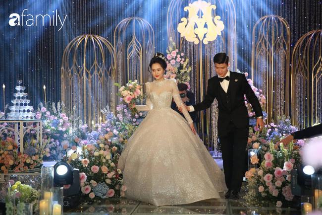 Váy cưới của Quỳnh Anh: Không phải vài trăm triệu mà trị giá 1 tỉ đồng, trong mắt NTK bộ váy này là vô giá - Ảnh 1.