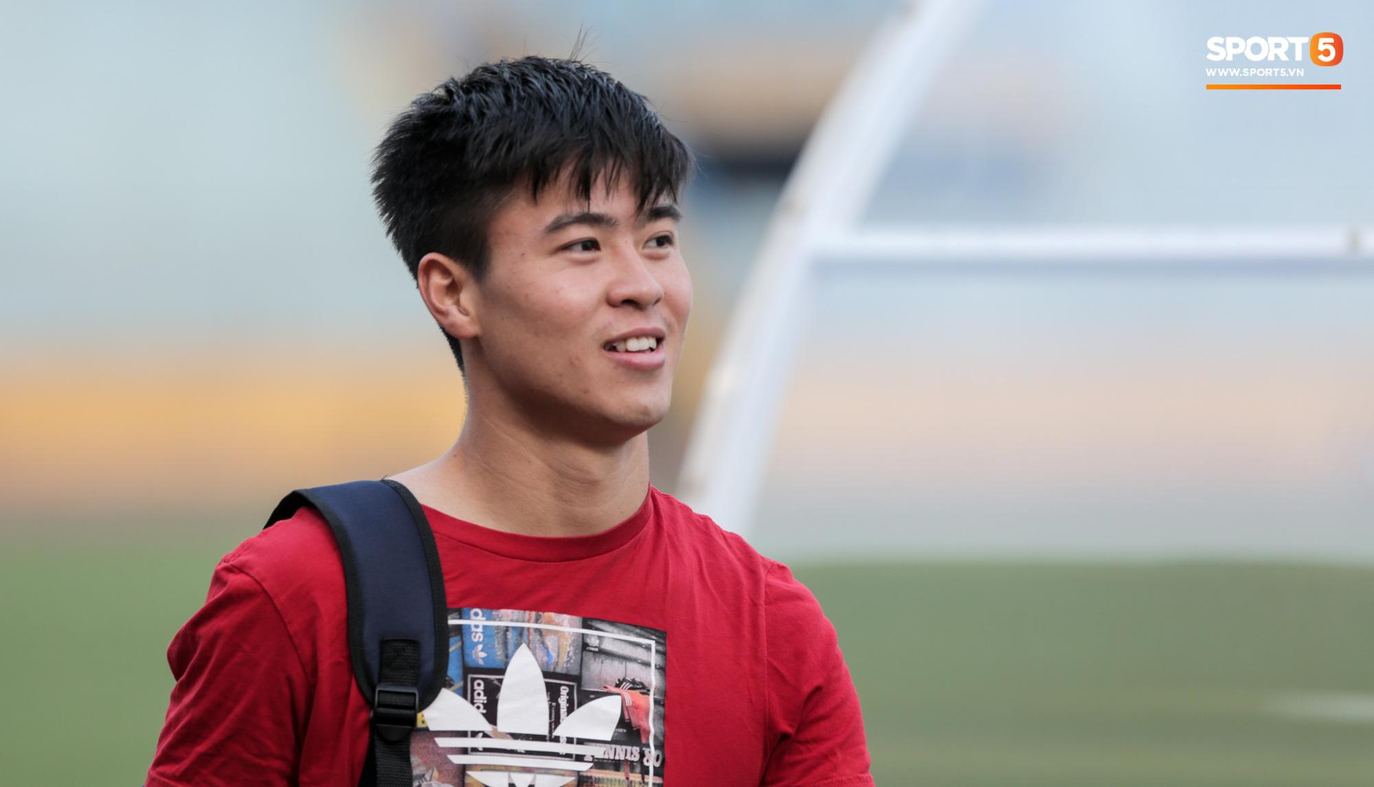 Duy Mạnh may mắn là cầu thủ duy nhất có CĐV trong ngày sân Hàng Đẫy cấm khán giả xem đá giao hữu - Ảnh 1.
