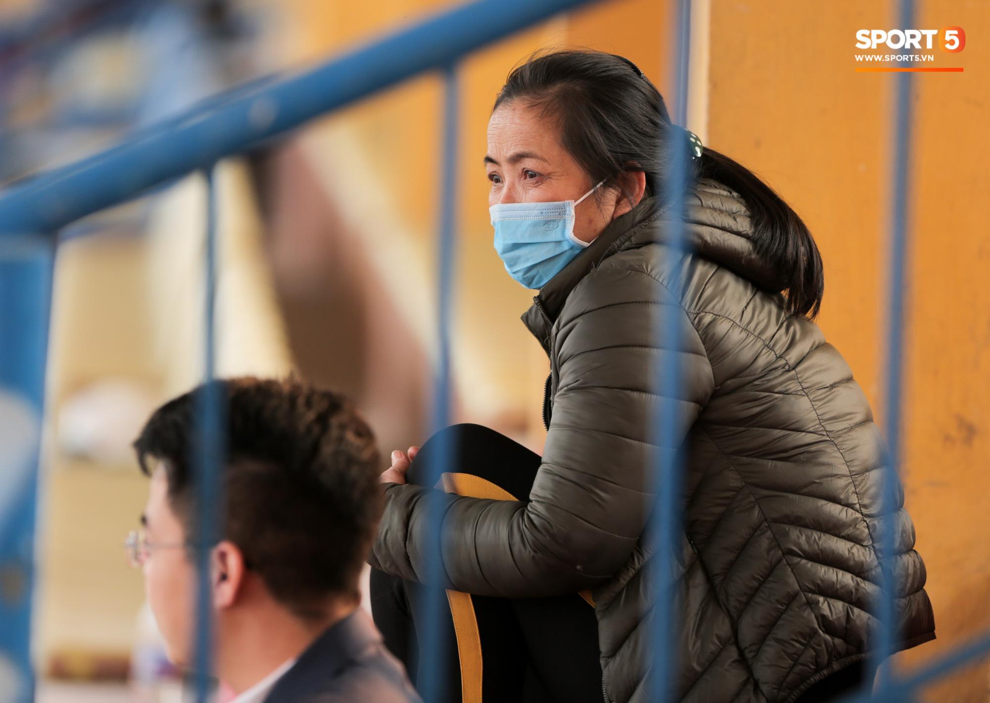 Duy Mạnh may mắn là cầu thủ duy nhất có CĐV trong ngày sân Hàng Đẫy cấm khán giả xem đá giao hữu - Ảnh 3.