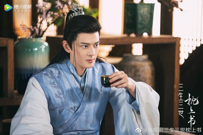 Trai đẹp U50 Quách Phẩm Siêu vừa xuất hiện ở Chẩm Thượng Thư đã nhanh tay ẵm bồng Địch Lệ Nhiệt Ba lên giường? - Ảnh 2.