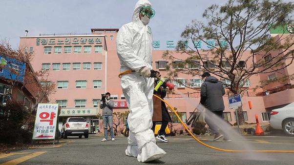 Hàn Quốc có ca tử vong thứ 11 vì virus corona chủng mới, tổng số ca lây nhiễm gần 1000 - Ảnh 2.