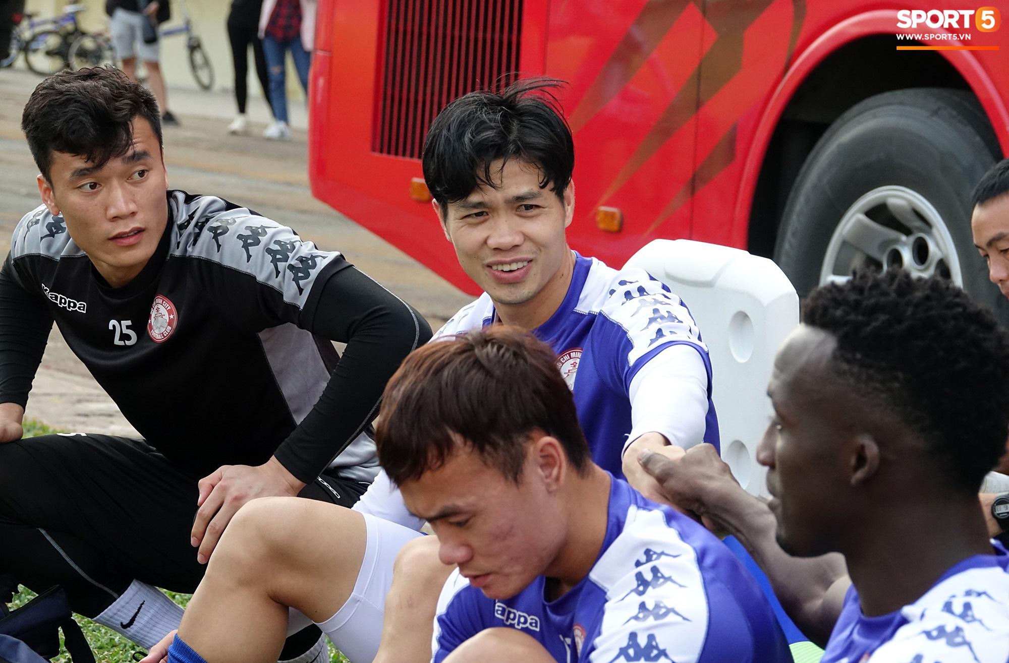 Không phải bầu Đức, bầu Hiển, đây mới là đội bóng V.League khát khao giải cứu Đặng Văn Lâm nhất - Ảnh 1.