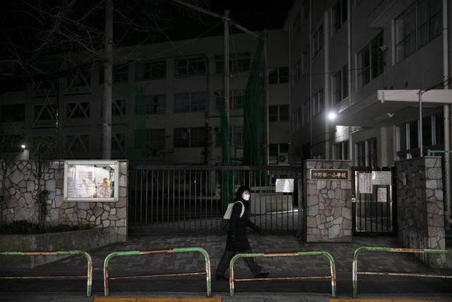 Nhật Bản: Thủ tướng yêu cầu đóng cửa trường học, phụ huynh hoang mang khi không có ai trông con, chuyên gia cảnh báo ca nhiễm bệnh có thể cao hơn con số được công bố - ảnh 1
