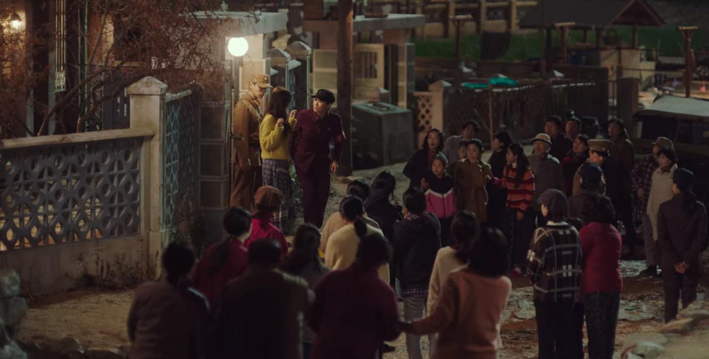 5 lần Hyun Bin cứu mạng Son Ye Jin trong Crash Landing On You: Hết nhận làm hôn thê lại cưỡng hôn chị đẹp? - Ảnh 1.