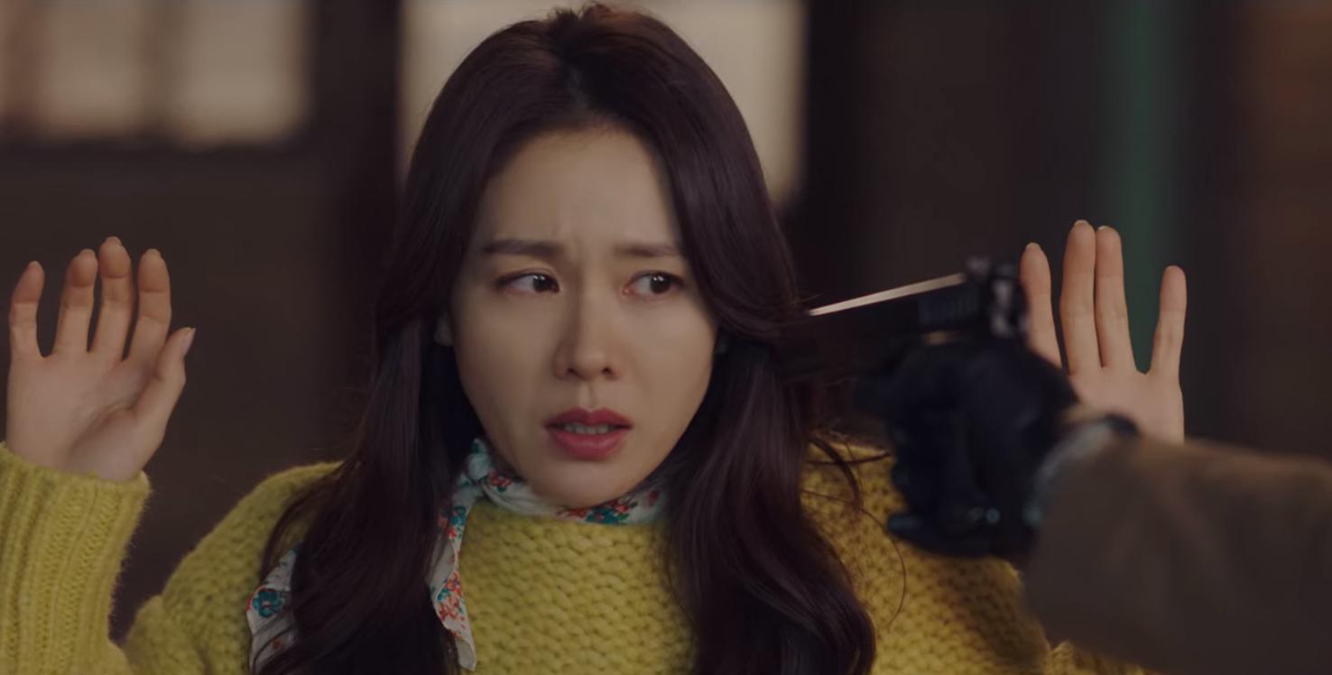 5 lần Hyun Bin cứu mạng Son Ye Jin trong Crash Landing On You: Hết nhận làm hôn thê lại cưỡng hôn chị đẹp? - Ảnh 2.