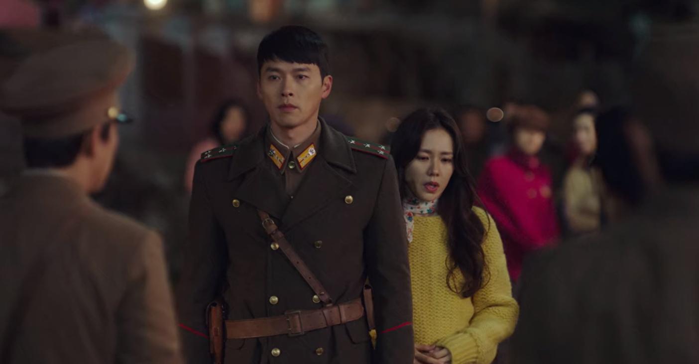 5 lần Hyun Bin cứu mạng Son Ye Jin trong Crash Landing On You: Hết nhận làm hôn thê lại cưỡng hôn chị đẹp? - Ảnh 5.