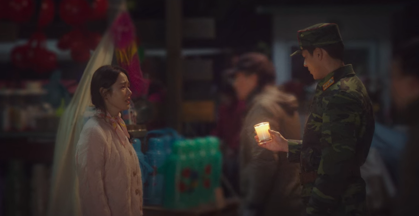 5 lần Hyun Bin cứu mạng Son Ye Jin trong Crash Landing On You: Hết nhận làm hôn thê lại cưỡng hôn chị đẹp? - Ảnh 9.