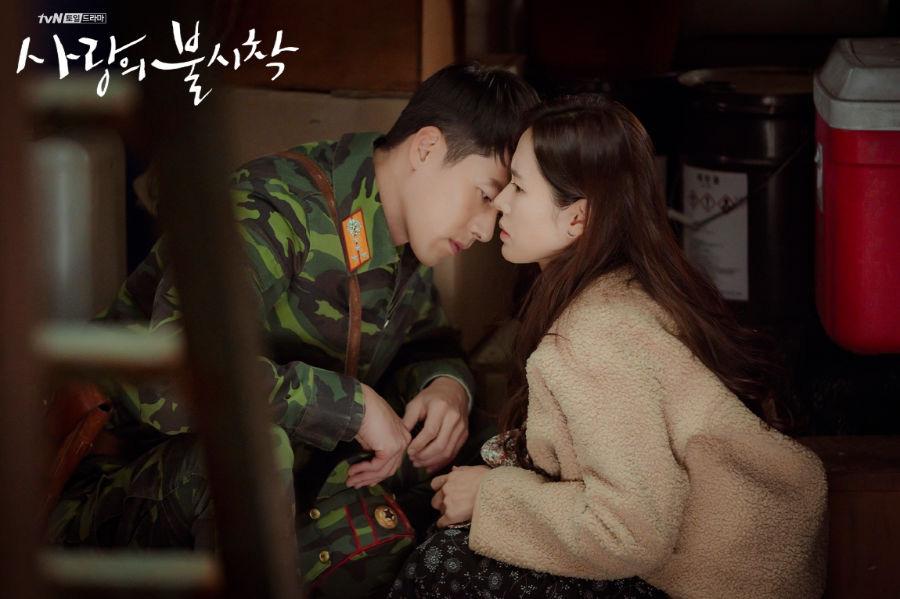 5 lần Hyun Bin cứu mạng Son Ye Jin trong Crash Landing On You: Hết nhận làm hôn thê lại cưỡng hôn chị đẹp? - Ảnh 6.
