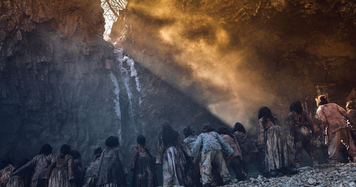 Kingdom 2 tung teaser nghẹt thở: Thái tử Lee Chang bị tập kích bởi đoàn zombie đông như kiến - Ảnh 4.