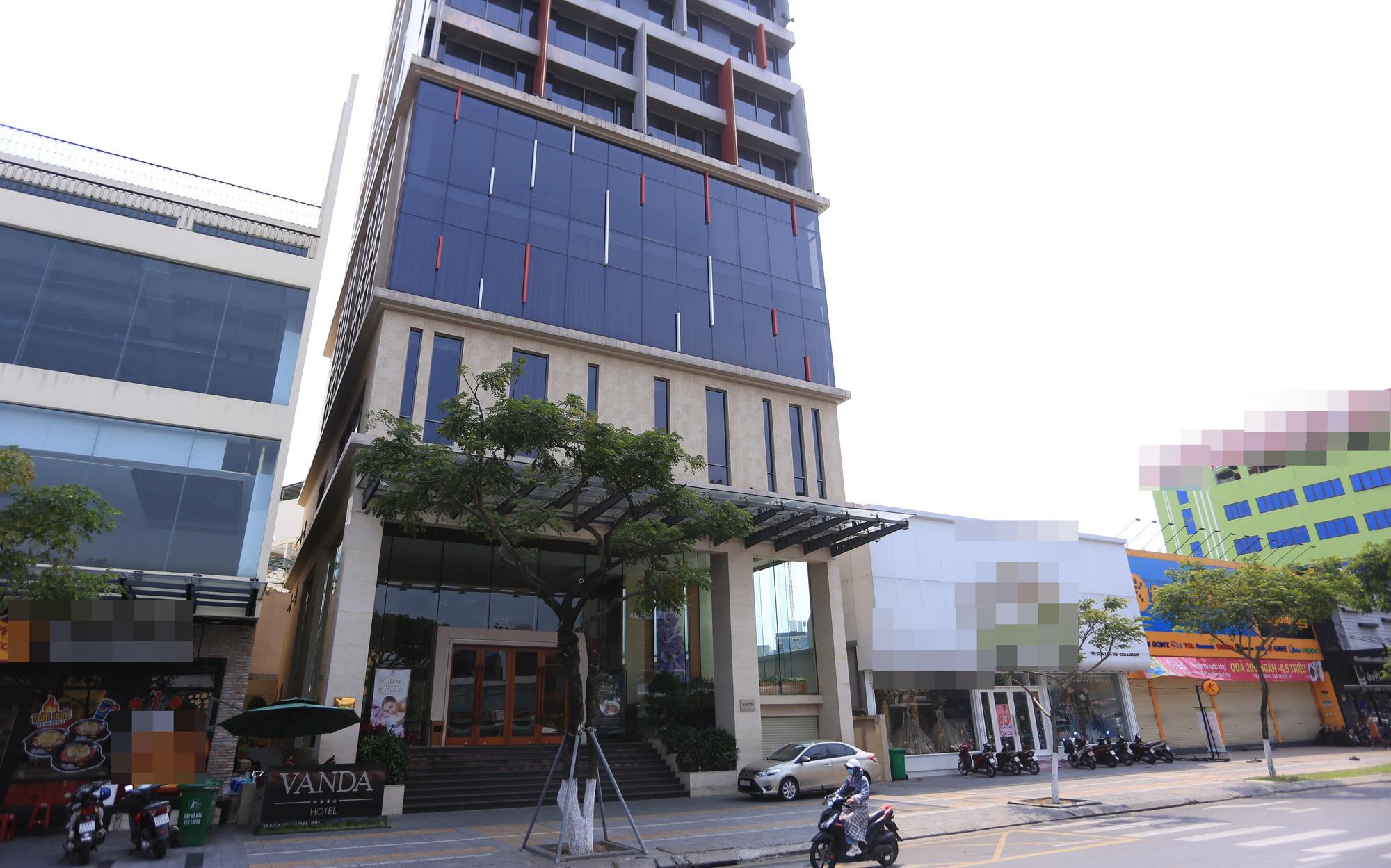 Ảnh: Nhiều cửa hàng, khách sạn ở Đà Nẵng đóng cửa vì có 2 du khách Anh nhiễm Covid-19 ghé thăm
