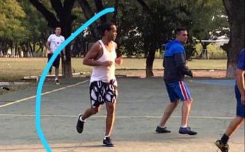 Đội của Ronaldinho nhận phần thưởng 16 cân thịt xông khói sau khi thắng đậm ở trận giao hữu trong tù