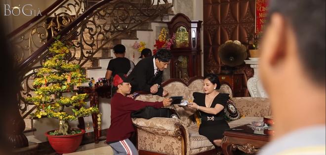 Nhìn con trai cưng Tuấn Trần nhập vai máu me, bà Tư Lê Giang cười như được mùa ở hậu trường Bố Già tập cuối - Ảnh 13.