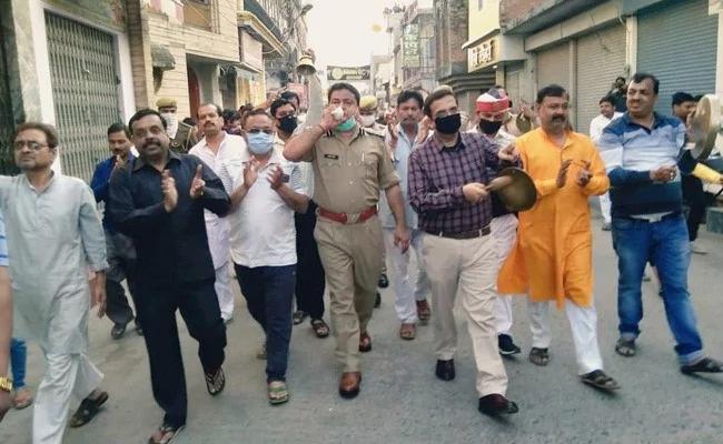 Clip: Chính phủ kêu gọi ở nhà, hàng trăm người Ấn Độ vẫn ùn ùn kéo xuống đường cổ vũ y bác sĩ chống dịch Covid-19 - Ảnh 7.