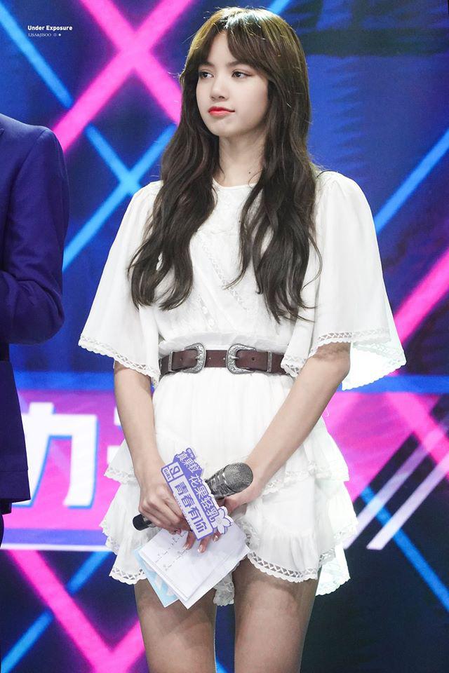 Lisa vén tóc mái khi làm giám khảo: Combo da trắng - môi đỏ - tóc đen, ủa tưởng Bạch Tuyết? - ảnh 3