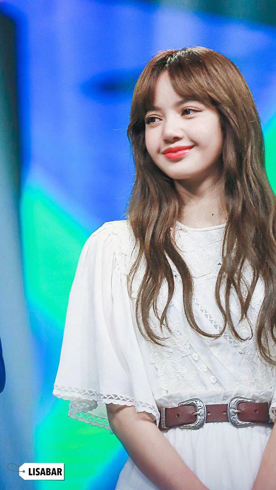 Lisa vén tóc mái khi làm giám khảo: Combo da trắng - môi đỏ - tóc đen, ủa tưởng Bạch Tuyết? - ảnh 2